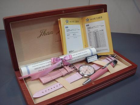 手錶一只、保證卡、木盒、一副錶帶、鋼筆